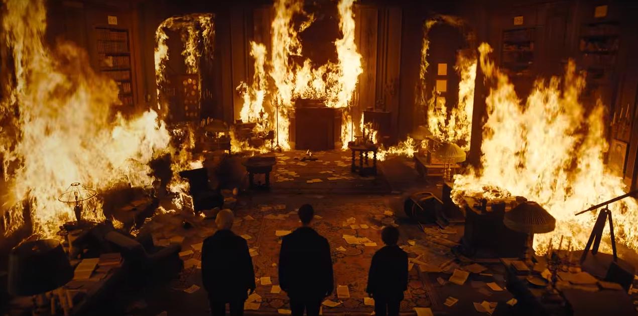 Cena de T03E01 em que O(s) Desconhecido(s) queimam a sede do Sic Mundus.