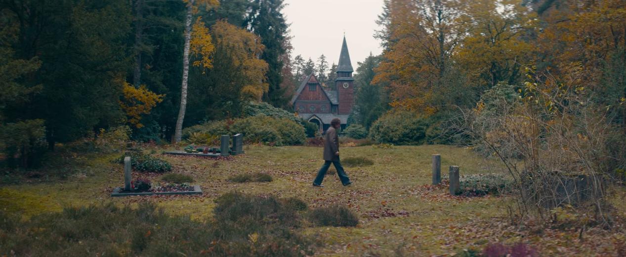 Cena do episódio T03E07 em que Tannhaus caminha pelo cemitério de Winden no universo original.