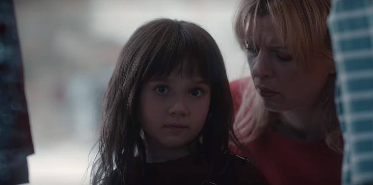 Cena do episódio T03E08 em que a Martha criança do mundo de Eva olha para o túnel conectando os três universos.