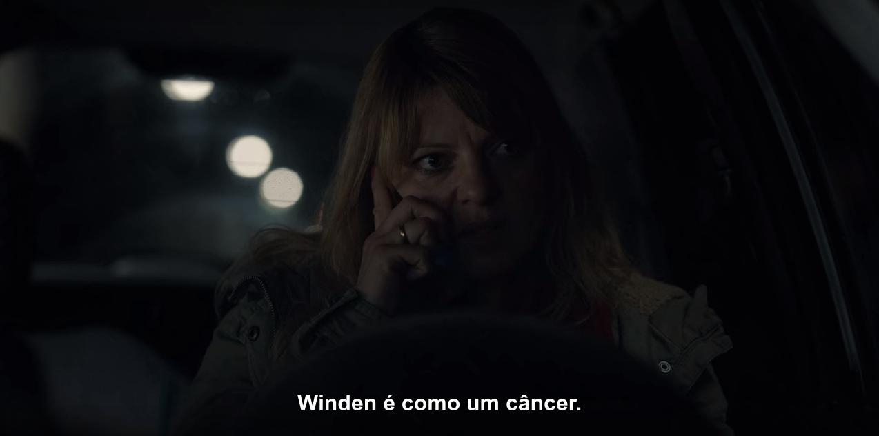 Cena de T01E06, em que Katharina fala com a rádio local, dizendo: 'Winden é como um câncer'.
