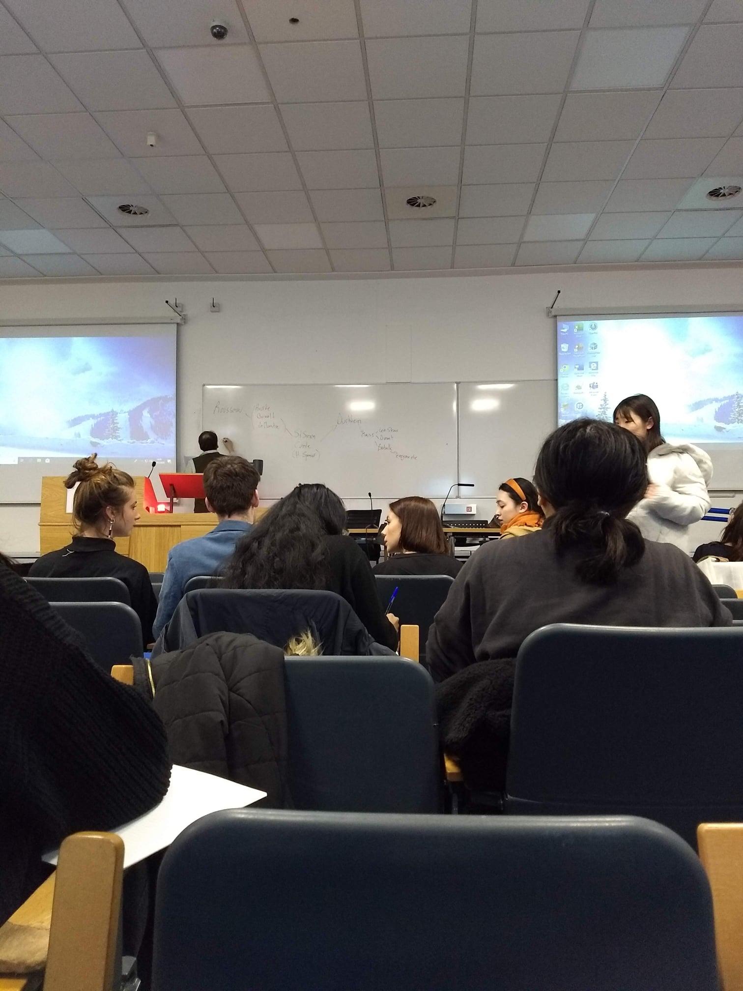 David Graeber lecionando na LSE.