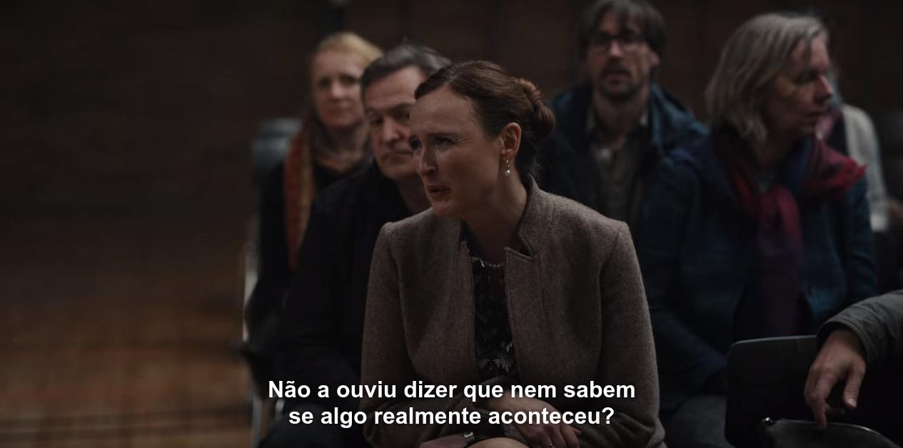 Foto de Regina, na reunião da escola, no episódio T01E01, dizendo: 'Não a ouviu dizer que nem sabem se algo realmente aconteceu?'.
